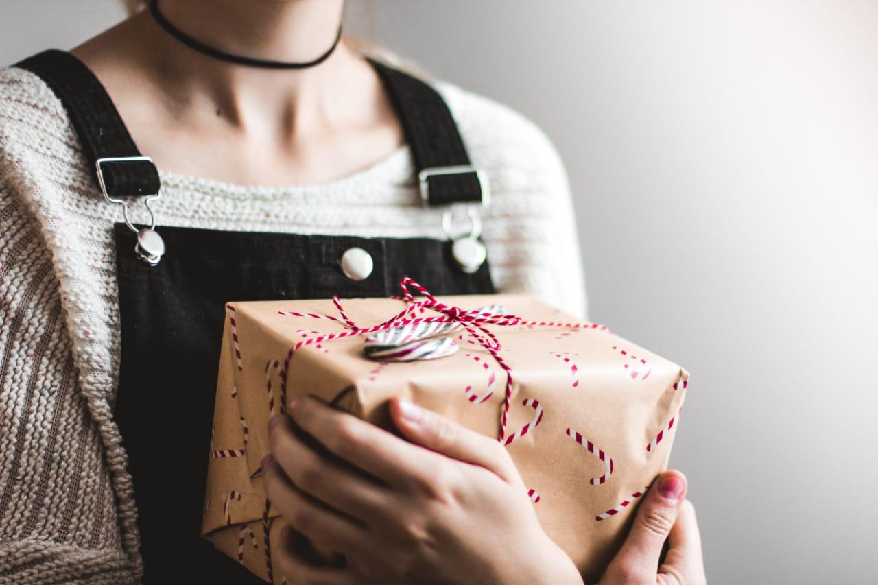 жінка тримає подарунок